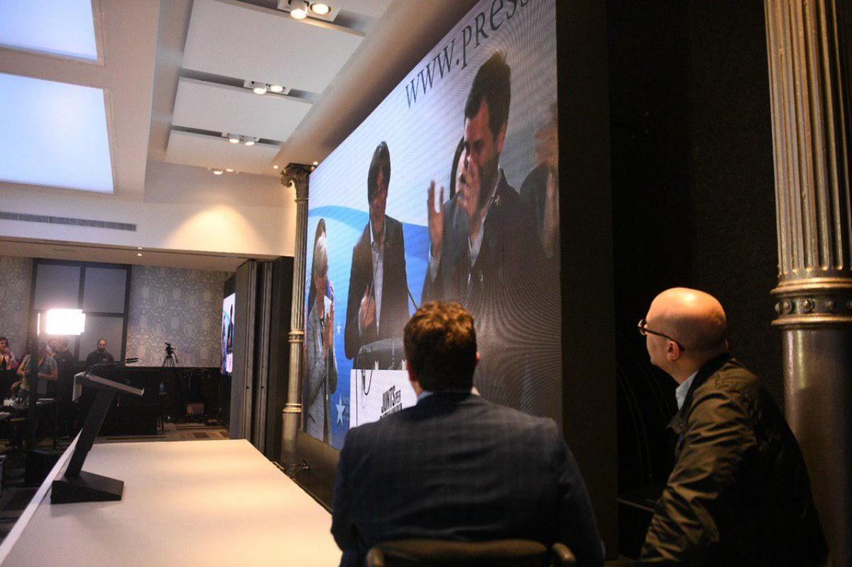 David Bonvehí, d'esquenes, segueix la compareixença de Puigdemont durant una nit electoral.