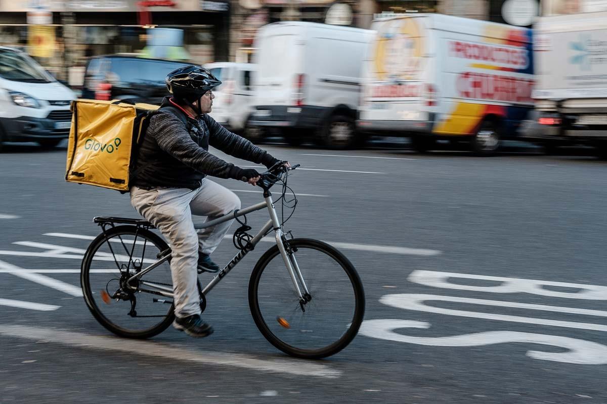 Un 'rider' de Glovo, empresa que aplica tècniques subversives per perpetuar un status quo que fa possible el seu model de negoci.