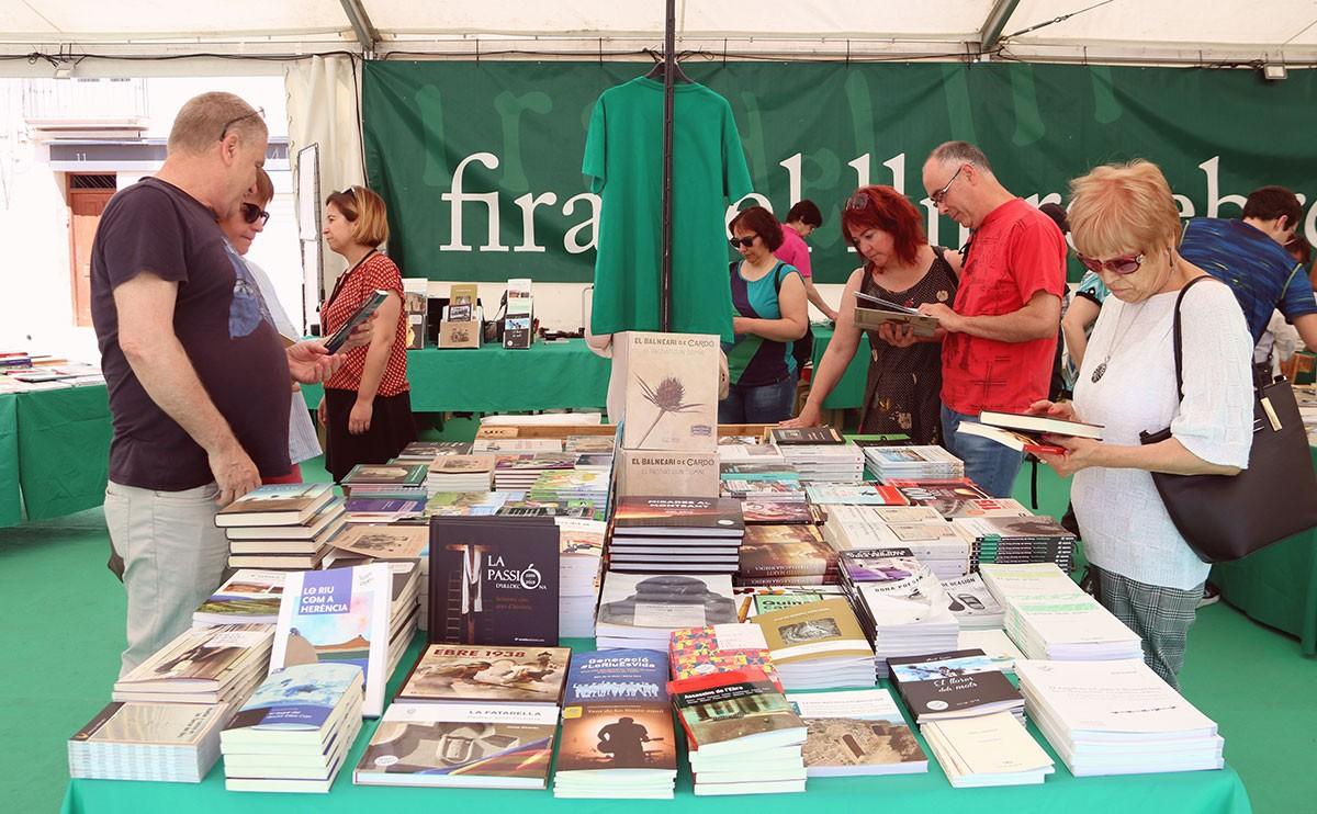 Assistents a la Fira del llibre Ebrenc i del Litterarum a Móra d'Ebre en l'edició del 2019