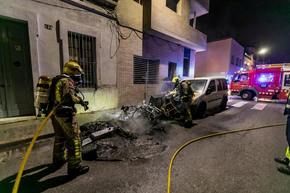 Uns bombers apagant un foc
