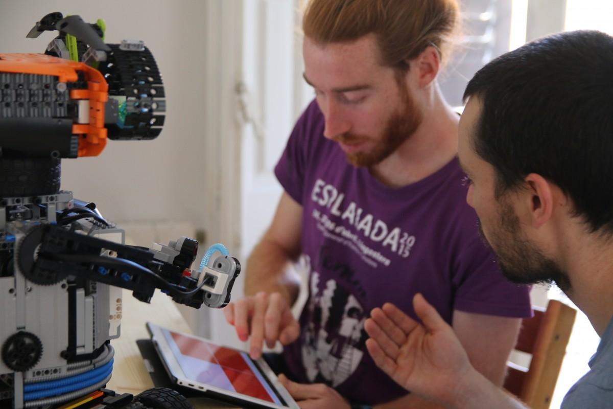 Aleix Badia i Pau Lafoz amb el robot d'El Patufet