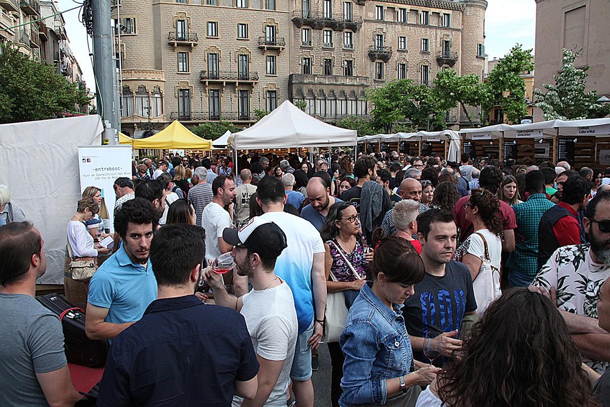 La plaça Sant Domènec plena de gent durant la celebració de la 2a Fira ViBa