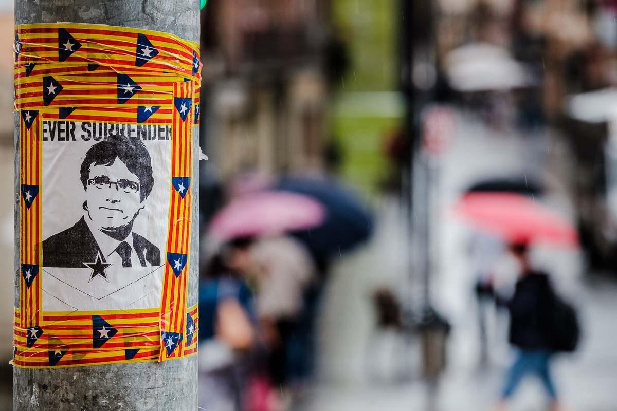 Una enganxina de suport a Carles Puigdemont a Vic