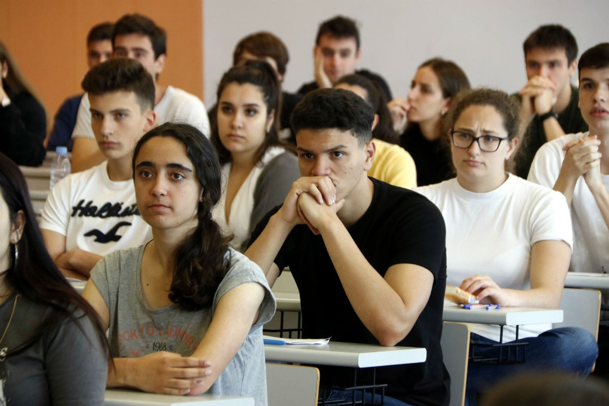 Alumnes esperant l'inici de les PAU al Campus Catalunya de Tarragona, en una imatge d'arxiu