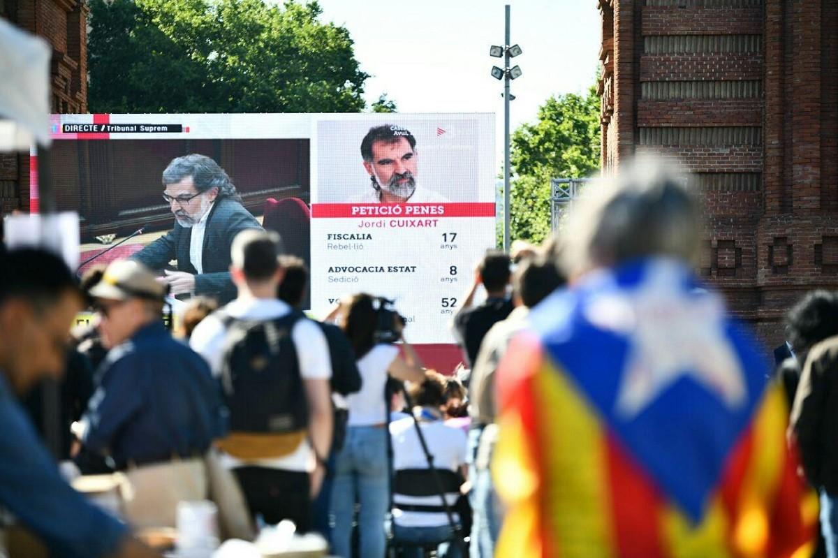 Seguiment de l'al·legat de Cuixart des de l'Arc de Triomf de Barcelona.