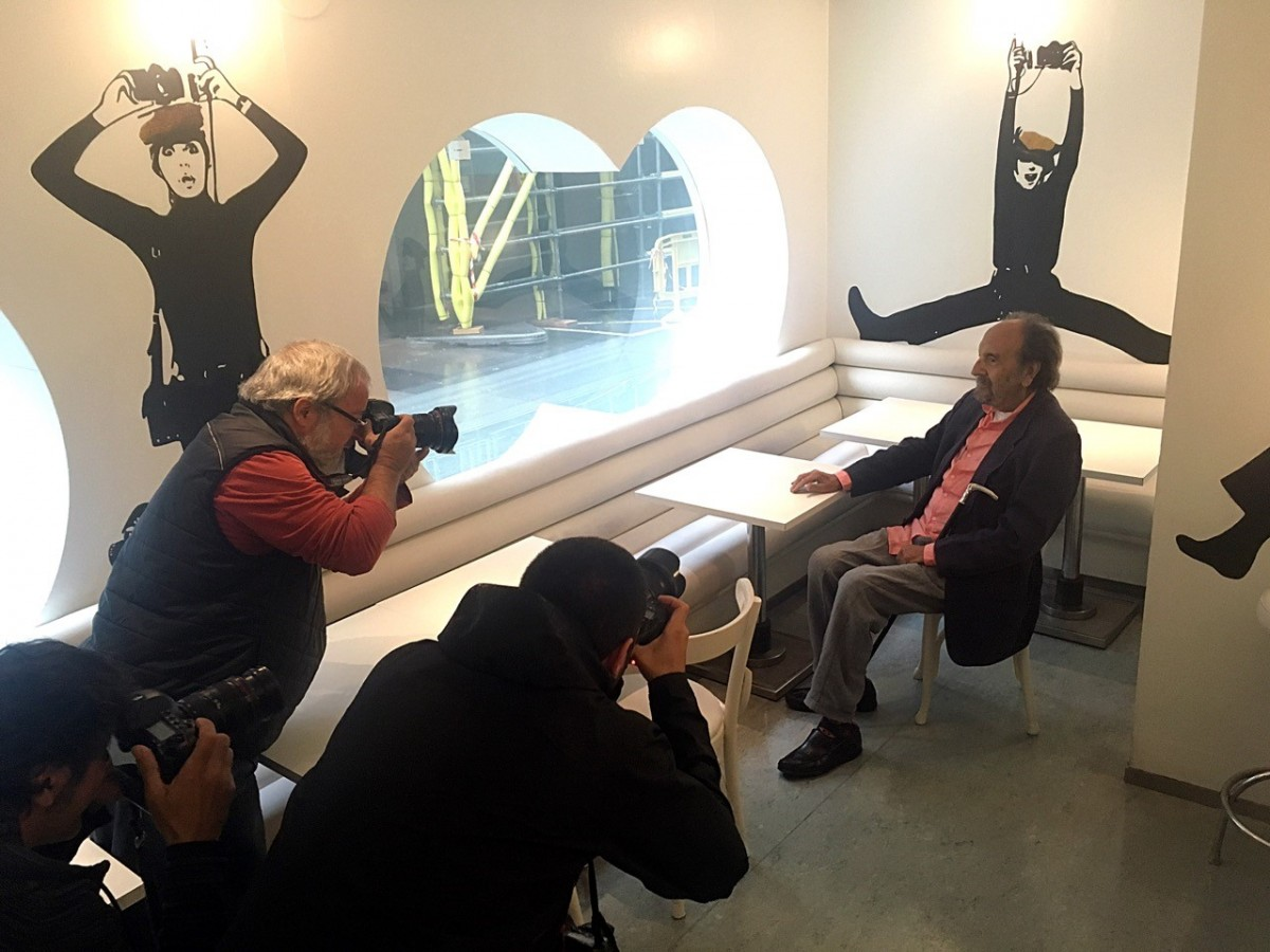 Leopoldo Pomés en plena sessió fotogràfica