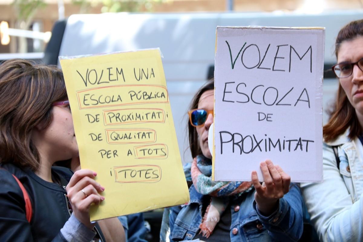 Pares i mares d'alumnes de P3 davant del Consorci d'Educació demanant més escola pública