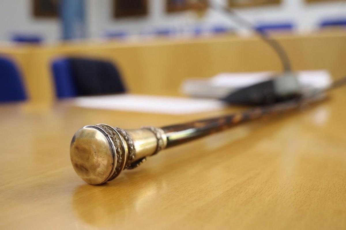 Una vara d'alcalde, símbol del poder municipal.