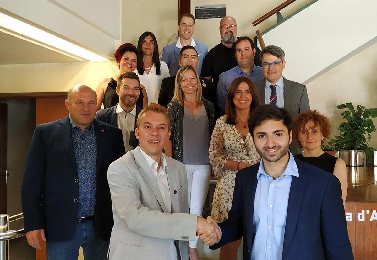 Àlex Garrido i Arnau Rovira, amb els regidors que formaran part de l'equip de govern a Manlleu.