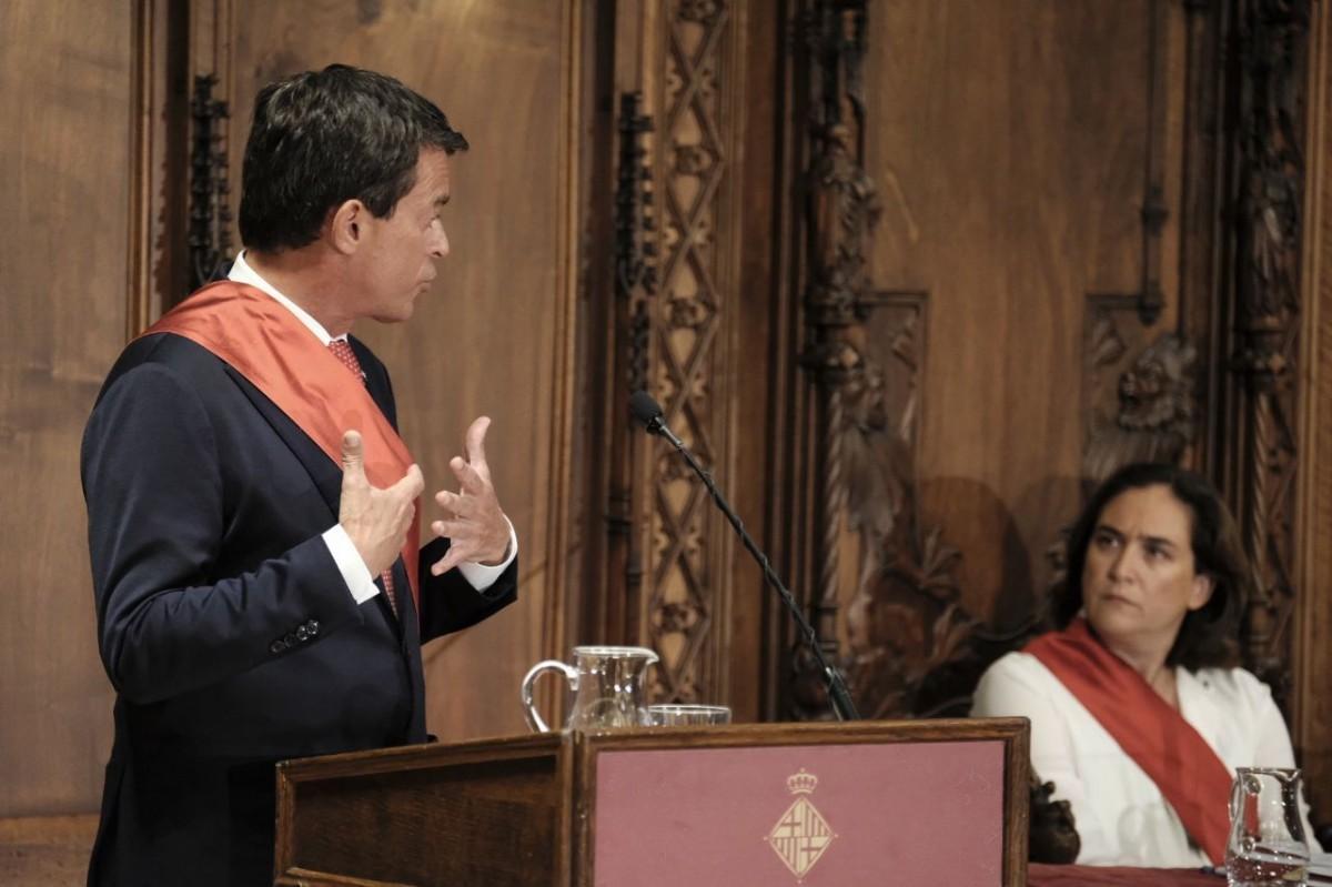 Manuel Valls, mirant a l'alcaldessa de Barcelona, Ada Colau