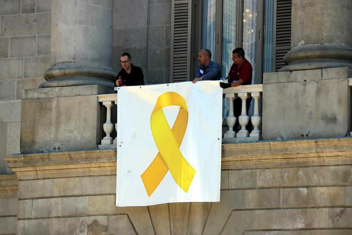 El llaç groc al balcó de l'Ajuntament, aquest dilluns