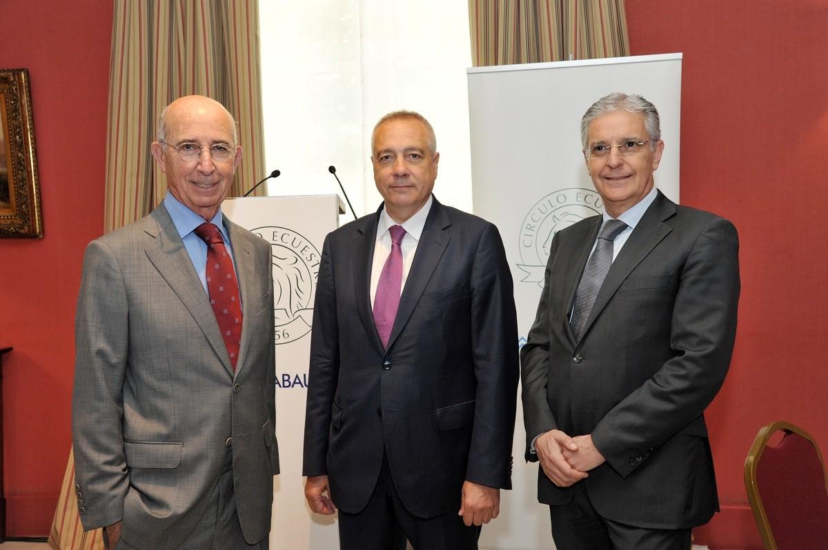 Pere Navarro amb el president del Círculo Ecuestre, Alfonso Maristany, i Tirso Gracia, membre de l'entitat
