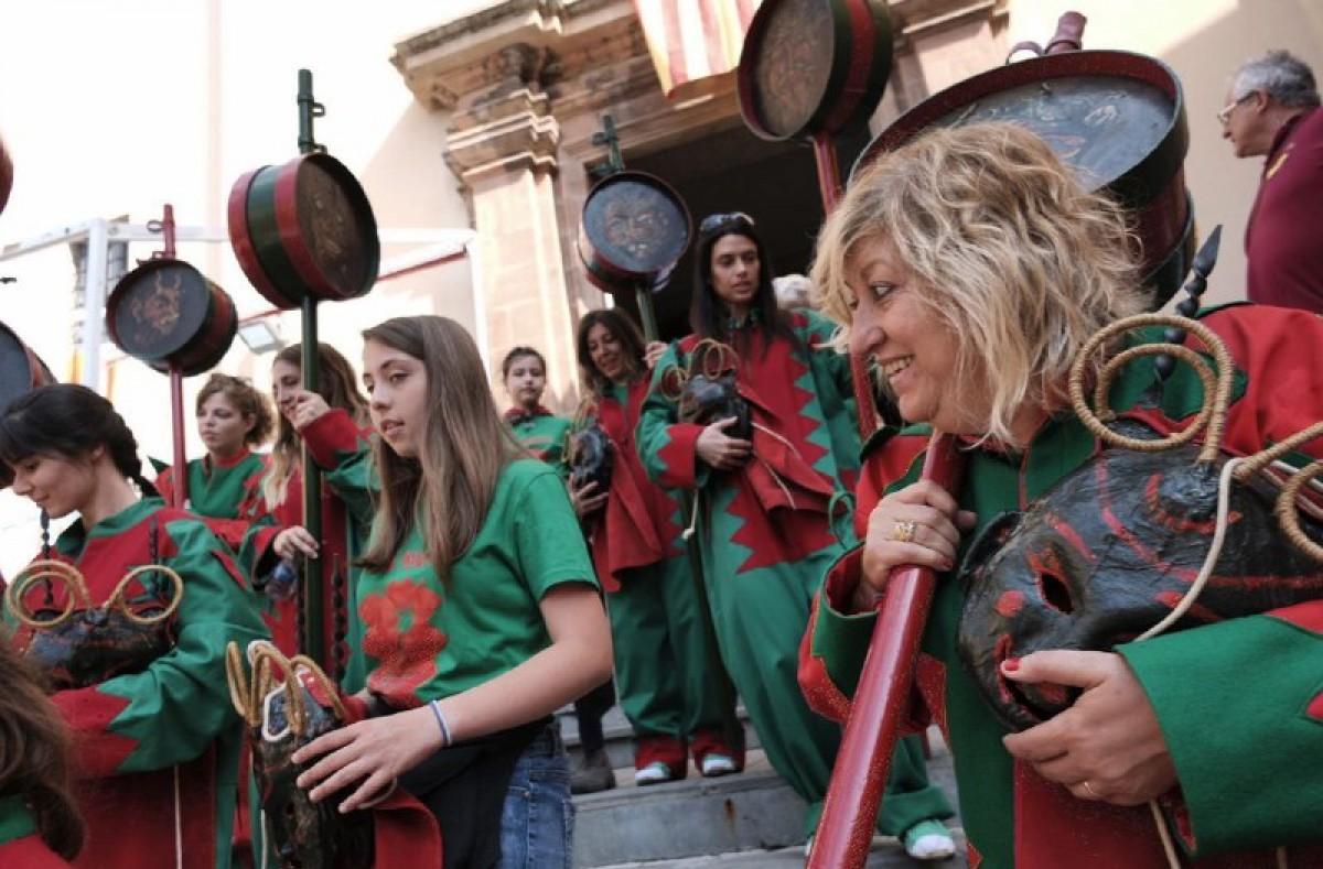 Les dones protagonistes abans del salt de Maces de Dijous de Corpus de Lluïment.