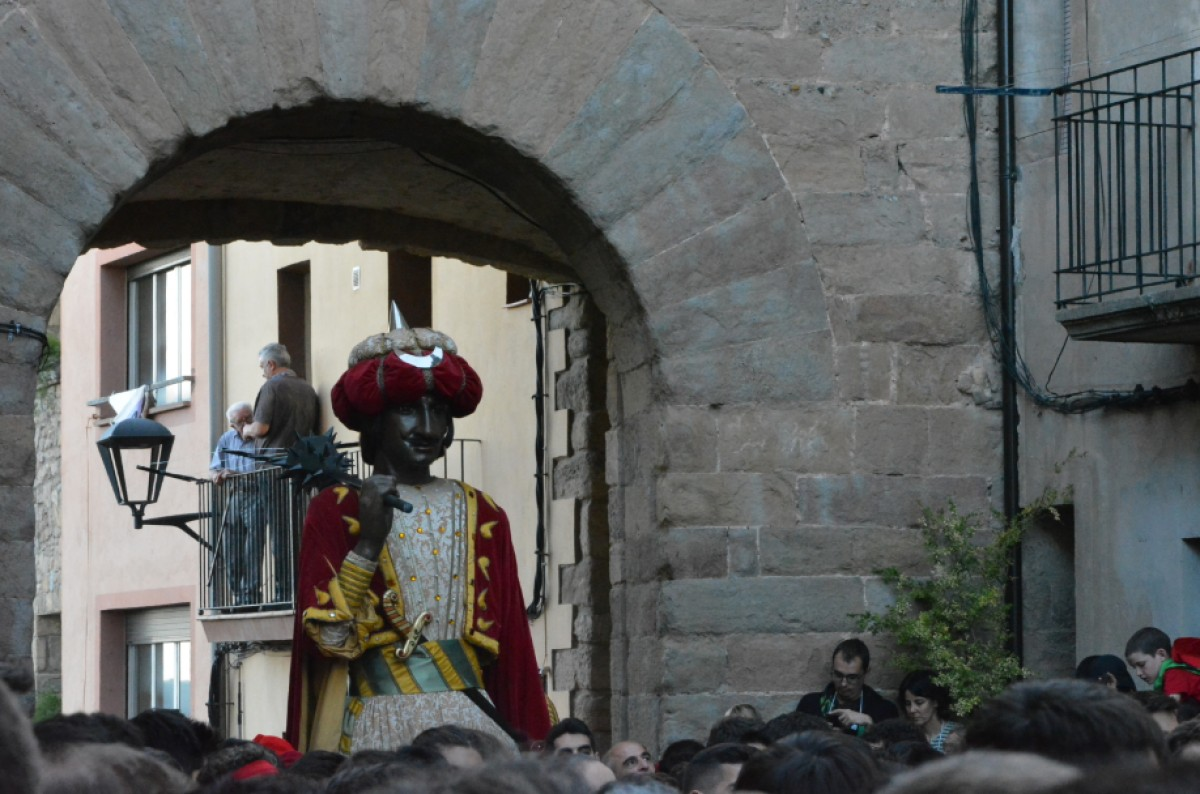 El Gegant Vell en entrar a la plaça de Santa Magdalena.
