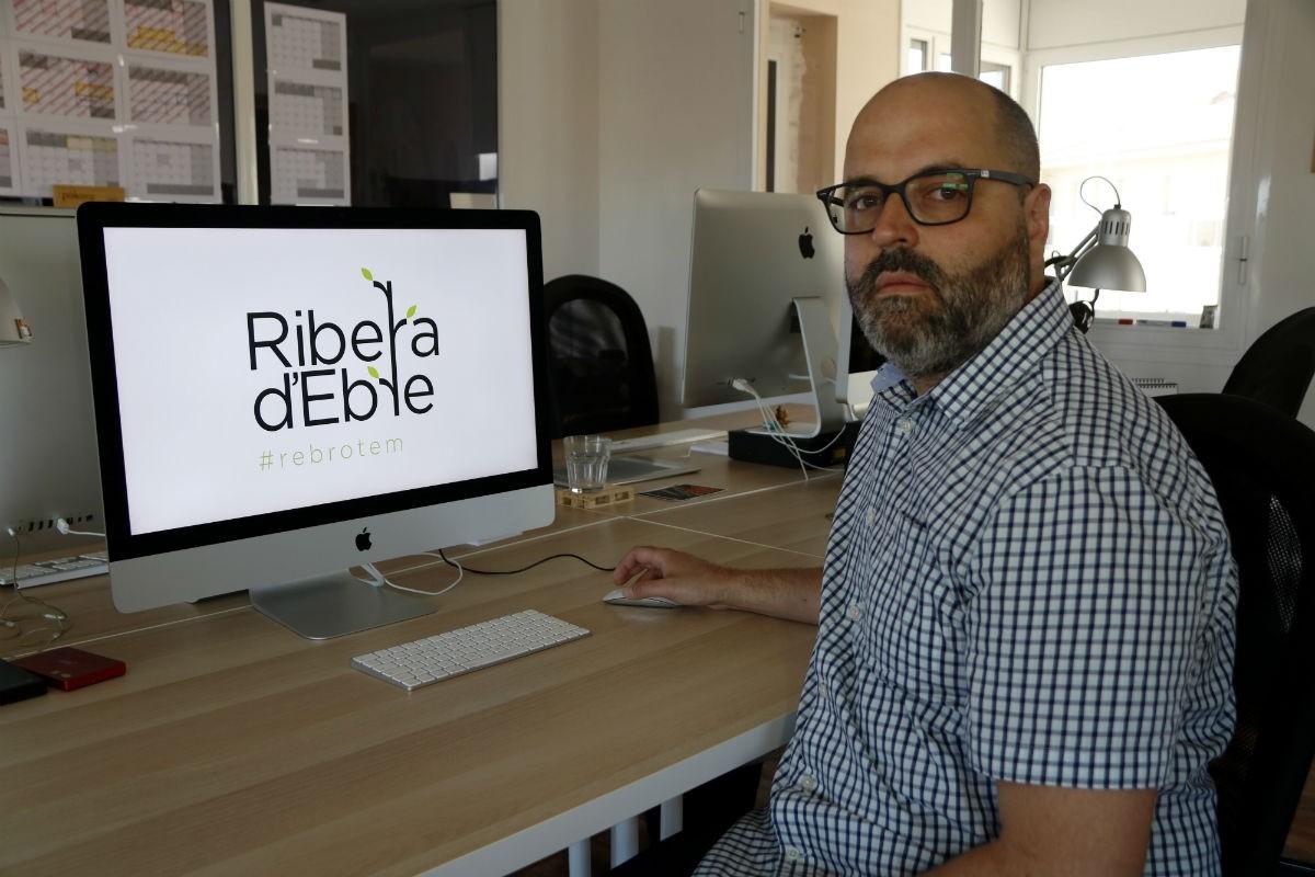 El dissenyador gràfic Daniel Rull al seu estudi del Morell amb la imatge que ha creat en solidaritat amb la Ribera d'Ebre.