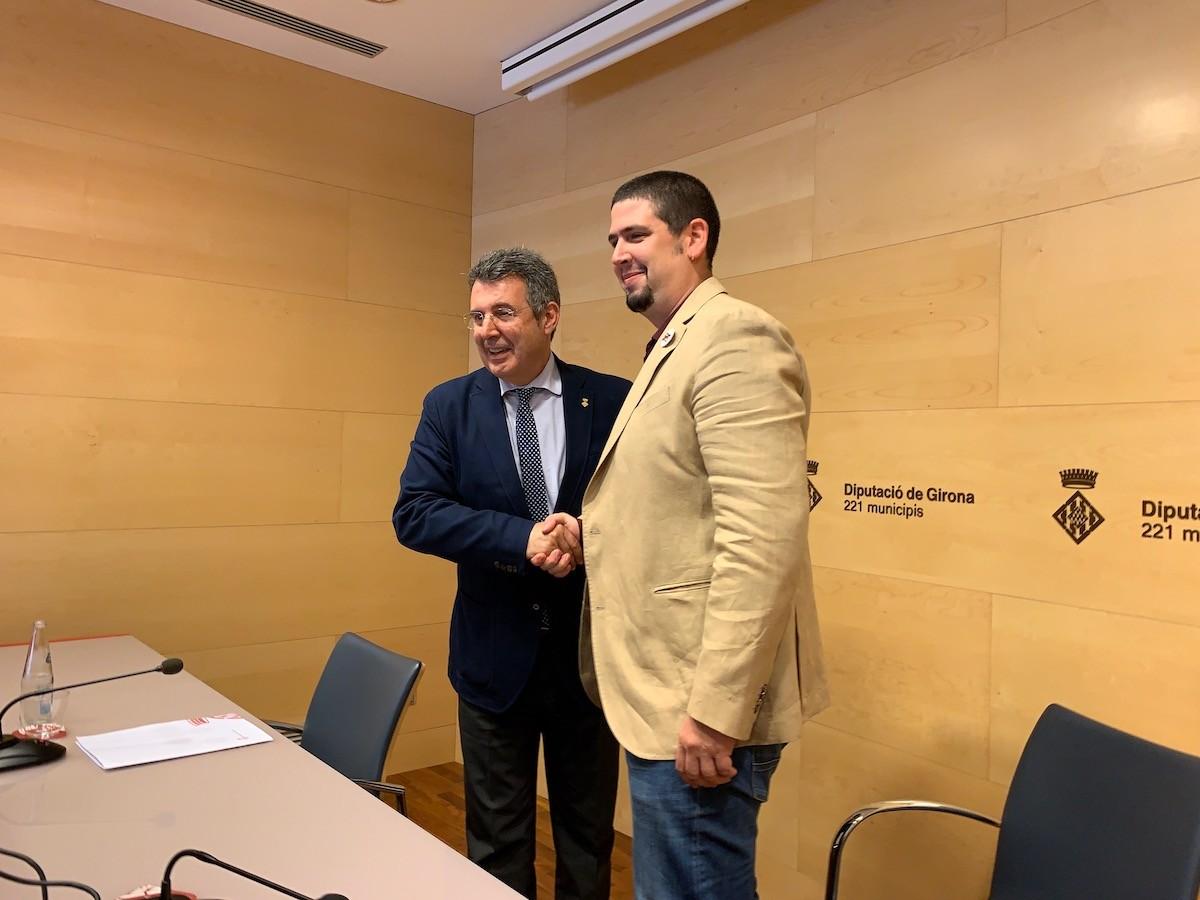 Miquel Noguer (JxCat) i Pau Presas (ERC) encaixen les mans pel pacte a la Diputació de Girona.