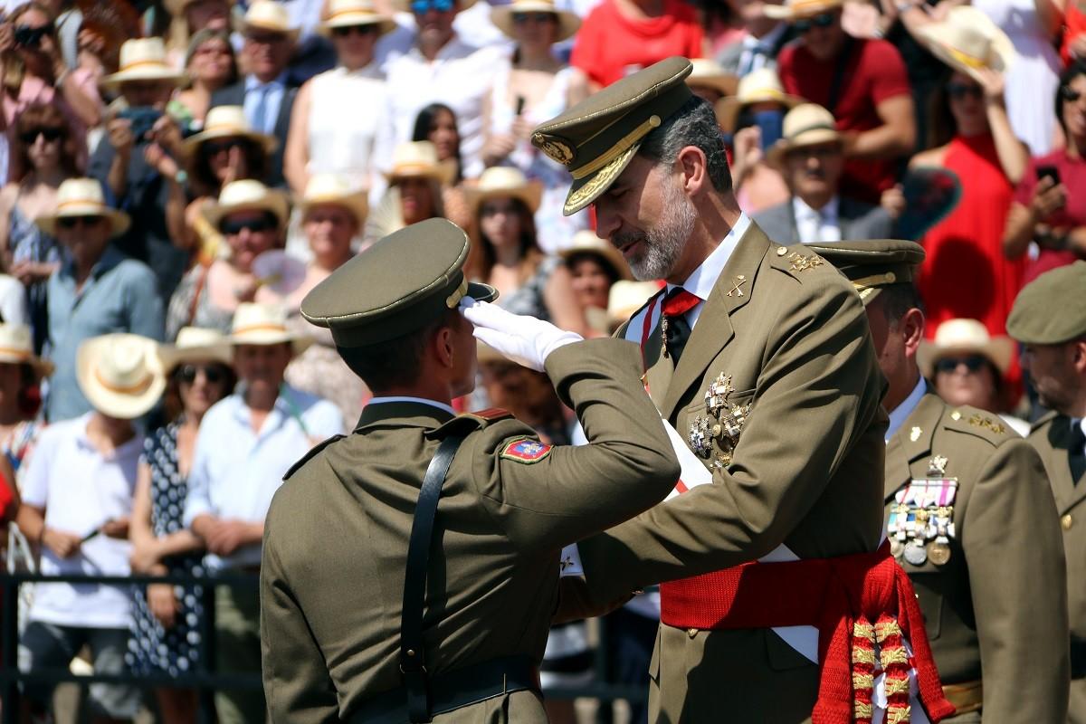 Felip VI condecorant al primer de la promoció de Talarn.