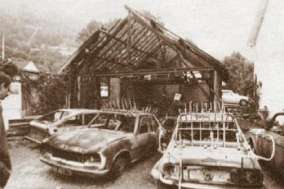 Els cotxes destruïts després de l'atemptat.