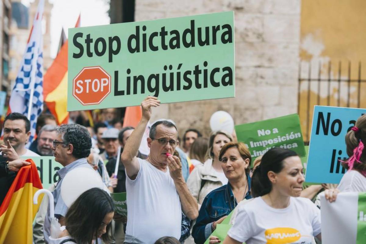 Manifestació en contra de la immersió lingüística en català a l'escola.
