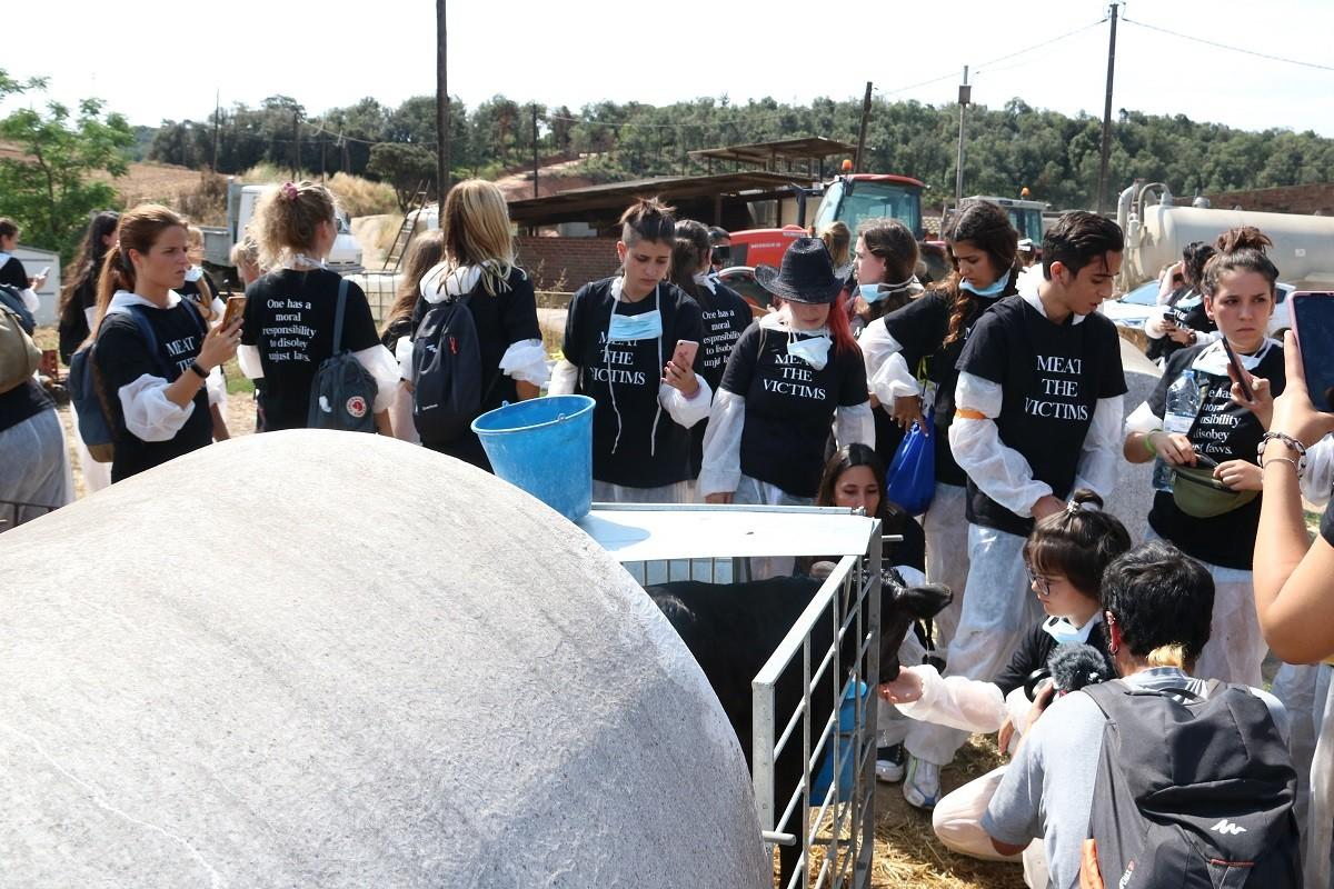 Activistes en una la granja catalana