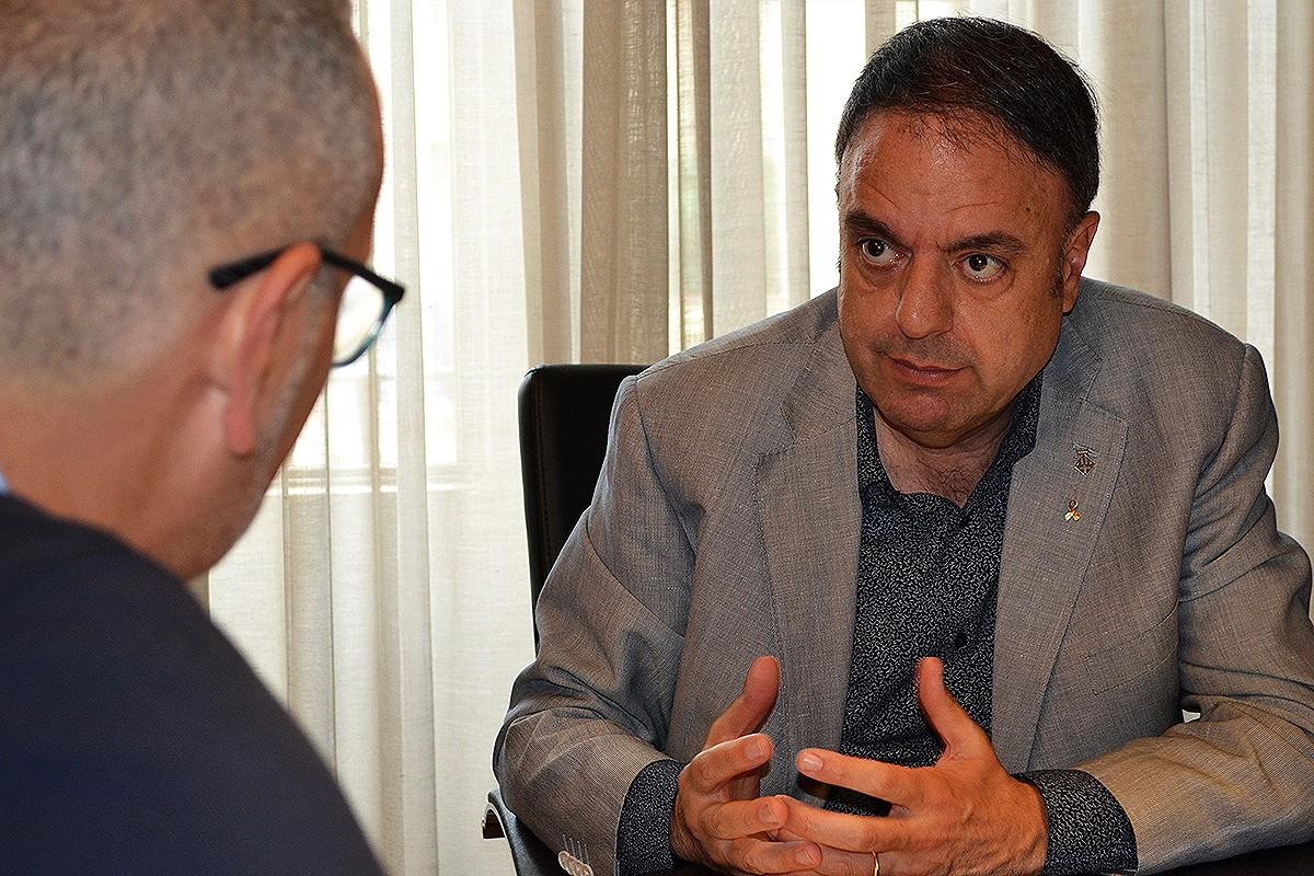 L'alcalde de Manresa, Valentí Junyent, durant l'entrevista
