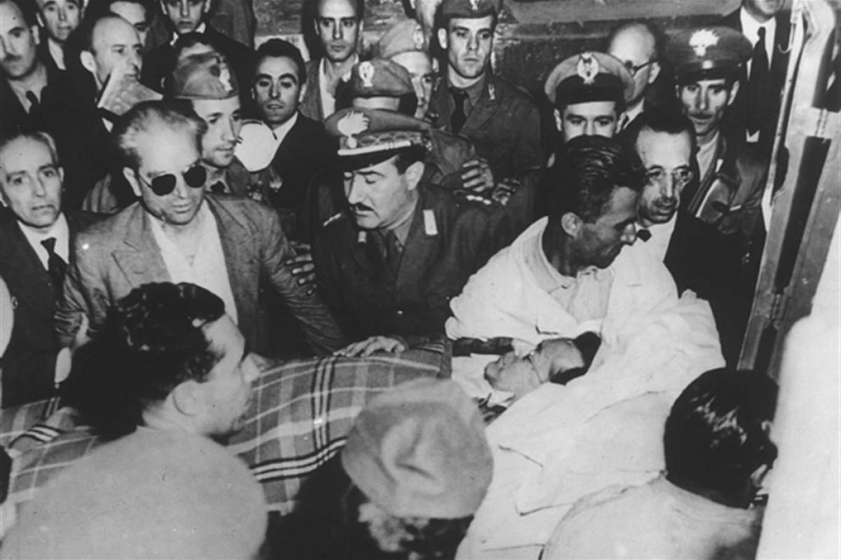 El cos de Palmiro Togliatti és evacuat, entre una gran expectació, després de l'atemptat contra la seva vida del 14 de juliol de 1948