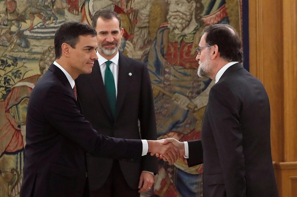 Pedro Sánchez saluda Mariano Rajoy davant Felip VI el 2 de juny de 2018, quan va jurar el càrrec