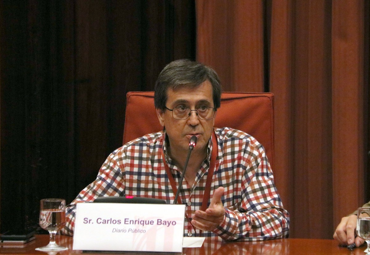 El periodista Carlos Enrique Bayo aquest dimarts al Parlament