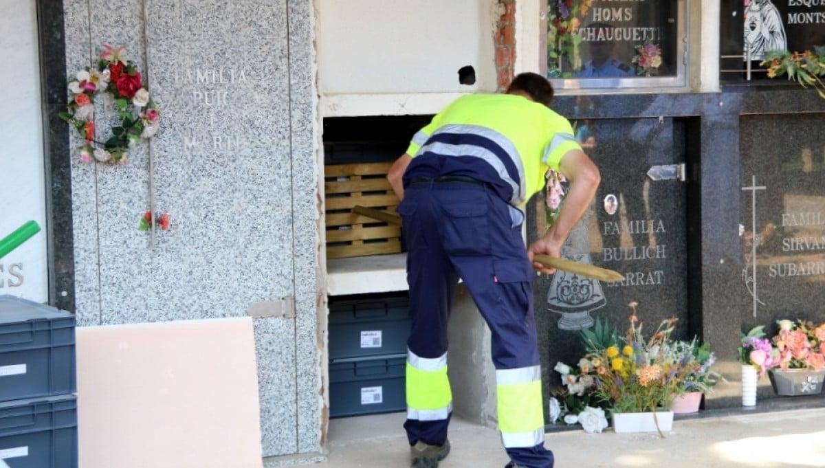 Un operari fent les tasques d'enterrament