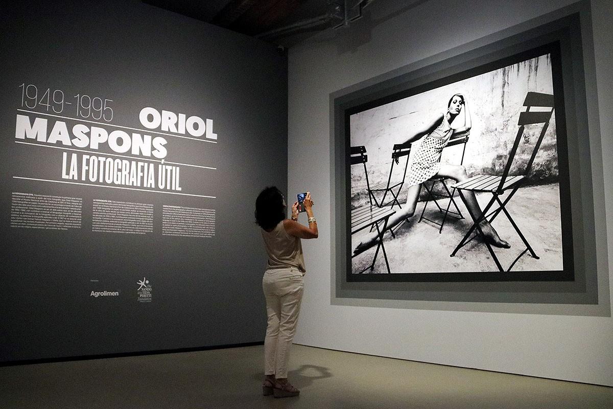Una noia fotografia l'icònic retrat d'Oriol Maspons a Elsa Peretti, a l'entrada de l'exposició retrospectiva sobre el fotògraf al MNAC