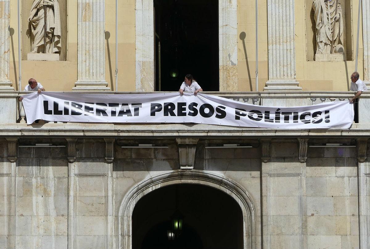 El pancarta pels presos polítics a l'Ajuntament de Tarragona.