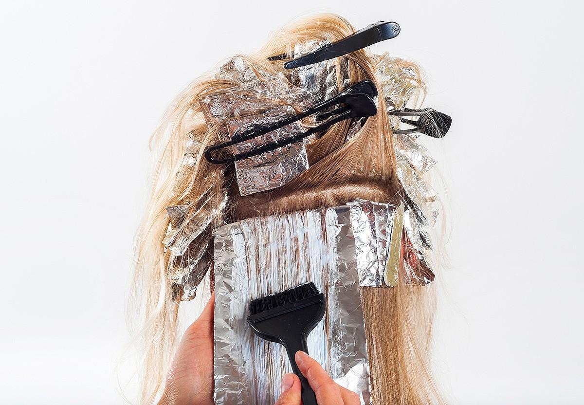 Aplicant el tint en un cabell.