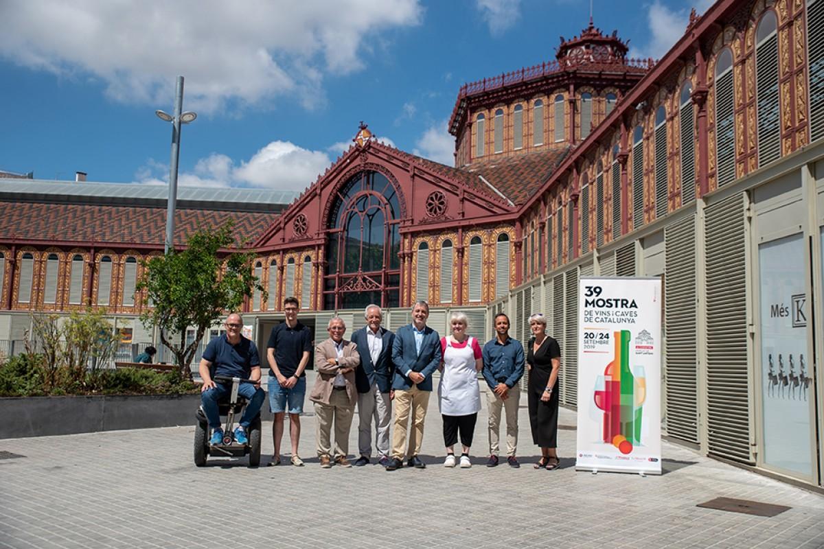 El tinent d'alcaldia de Barcelona, Jaume Collboni, acompanyat pel director general de l'INCAVI, Salvador Puig, han visitat les diferents ubicacions de la 39a Mostra amb representants del mercat i d'entitats del barri.