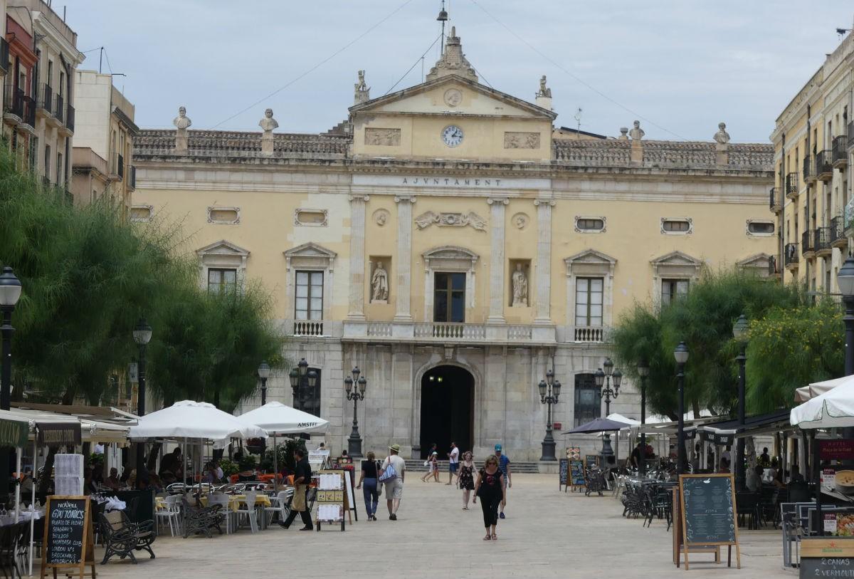 La plaça de la Font, amb l'Ajuntament de Tarragona al fons.