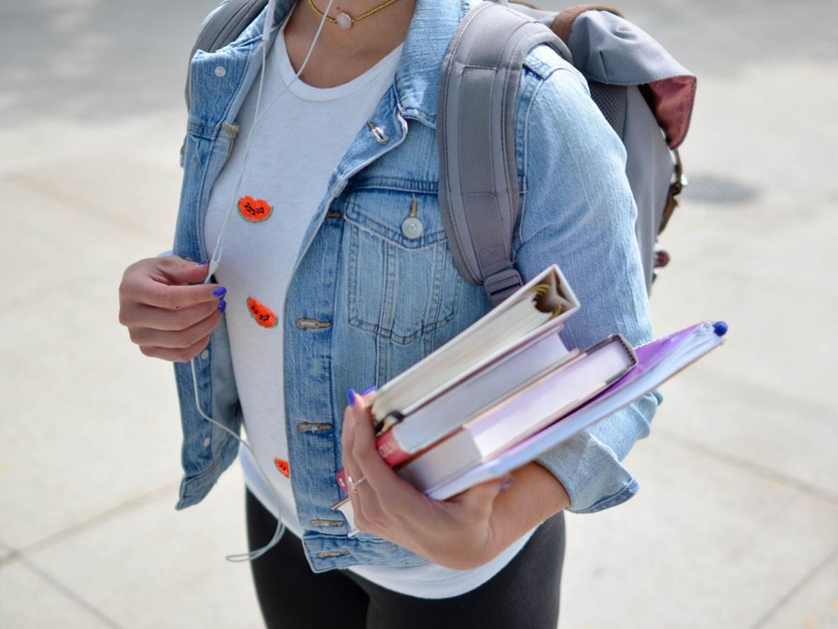 Un alumne de l'institut-escola Sant Jordi de Navàs recull les seves coses de l'aula.