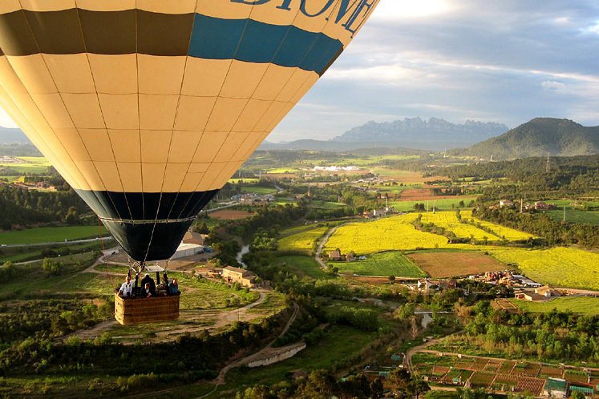 Sobrevolant el Bages amb Montserrat al fons