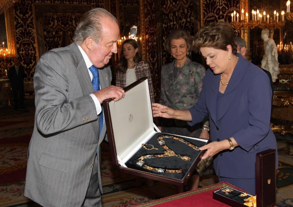 Joan Carles I, lliurant a la llavors presidenta del Brasil, Dilma Rousseff, el collar de l'orde d'Isabel la Catòlica, el 2012.