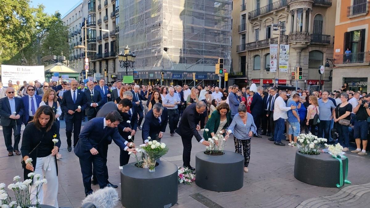 Ofrena floral de les autoritats polítiques en l'acte de record a les víctimes del 17-A