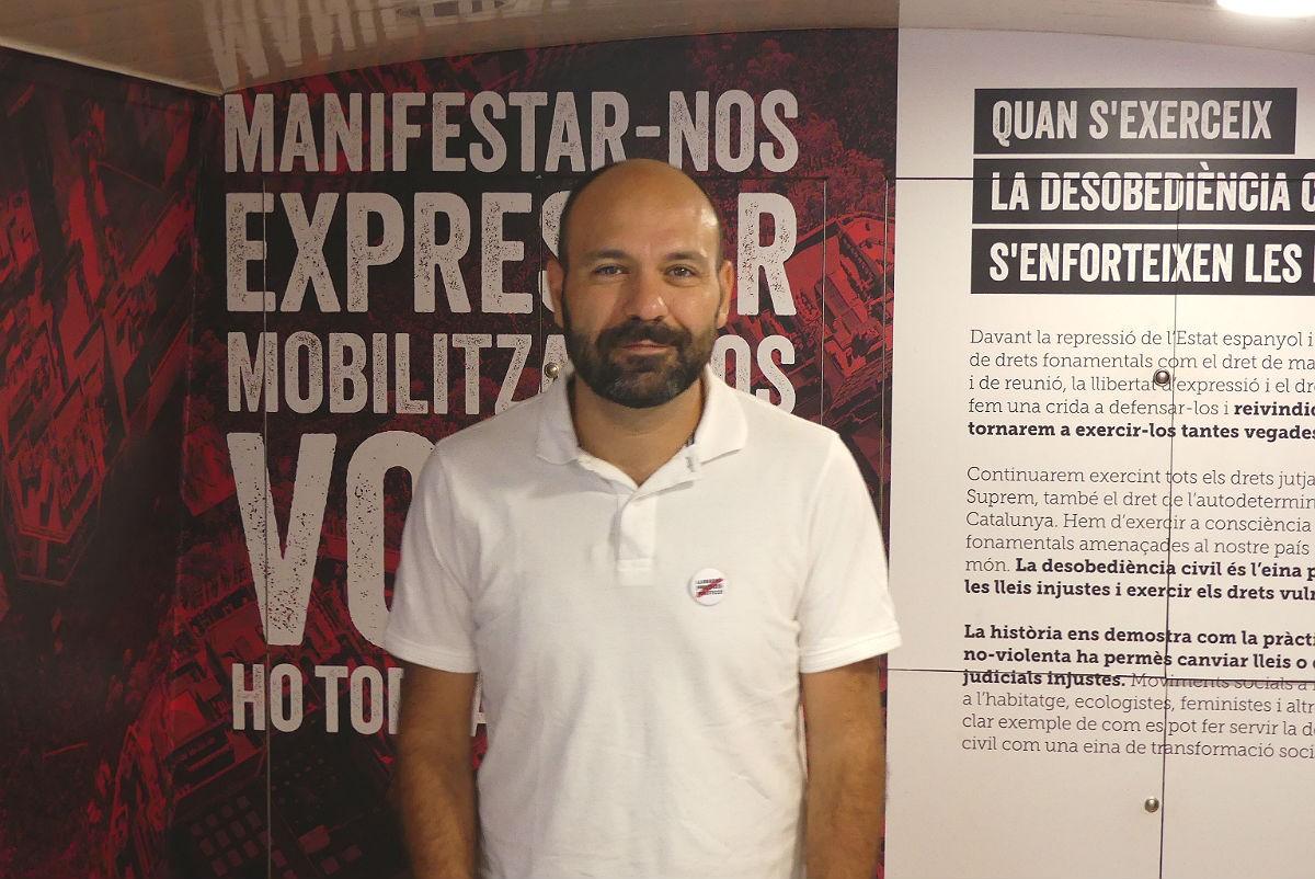Marcel Mauri, vicepresident d'Òmnium, a l'interior del bus de l'entitat a Tarragona.