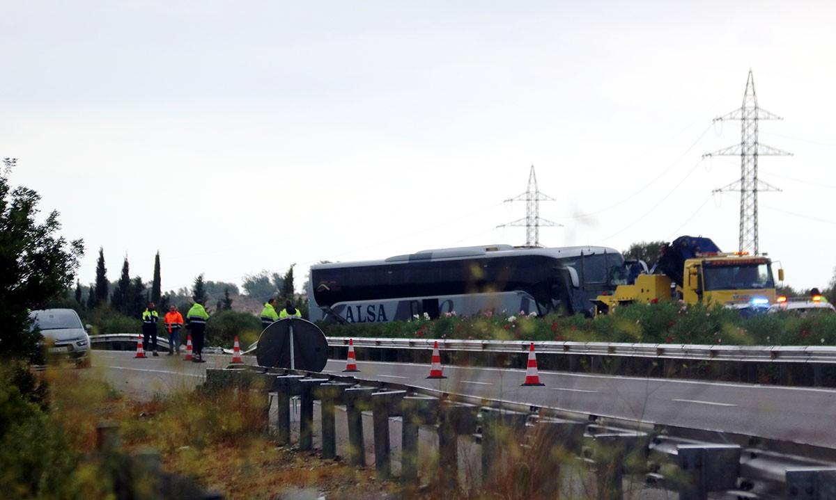 L'autocar accidentat a l'AP-7 a Amposta, en el moment de ser remolcat per una grua.