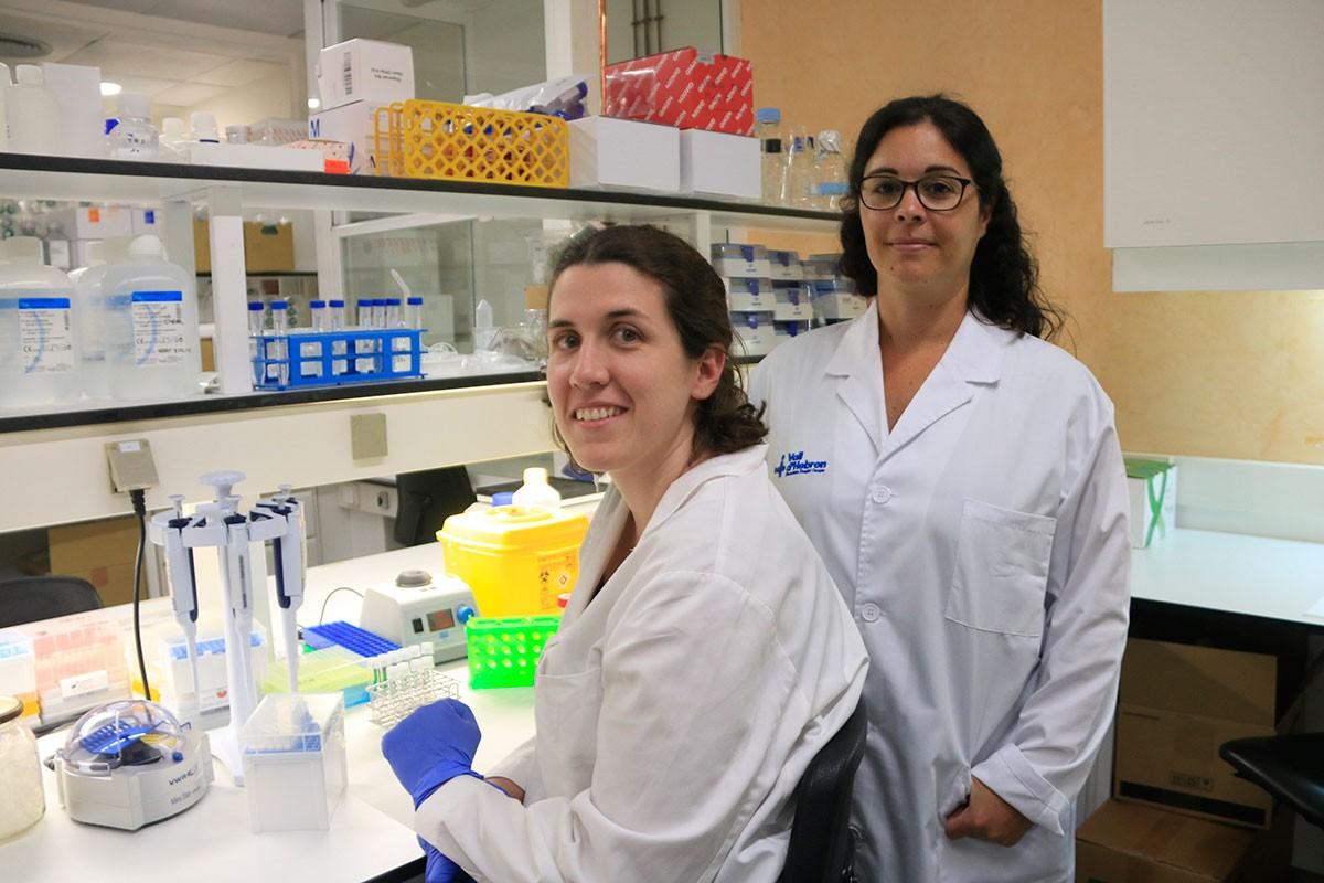 La doctora María José Buzón, (dreta), amb una altra investigadora de l'equip, Laura Luque.