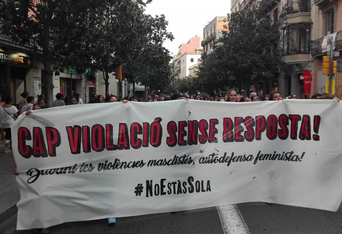 Manifestació a Gràcia en rebuig de l'agressió sexual que investiguen els Mossos.