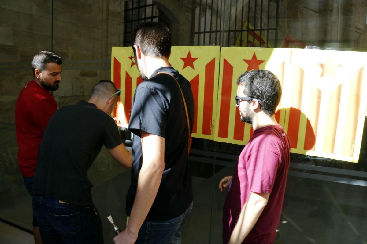 Membres de l'esquerra independentista tapant amb estelades la porta del Parador del Roser de Lleida, l'any 2017.