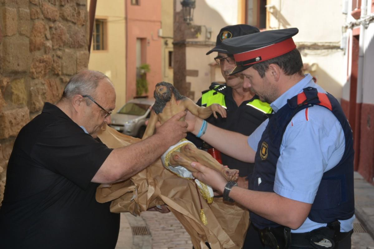 Moment en el qual els Mossos d'Esquadra han retornat el Crist als veïns del barri de la Pietat.