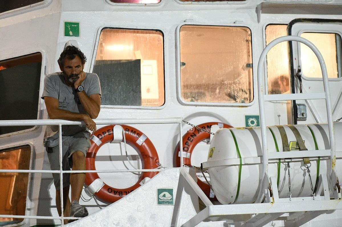 El fundador d'Open Arms, Òscar Camps, en el vaixell atracat al port de Lampedusa.