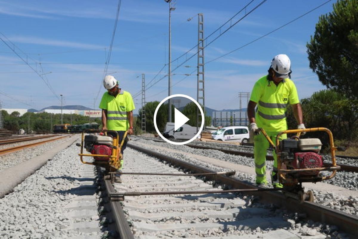Operaris treballant en l'ampli de via internacional