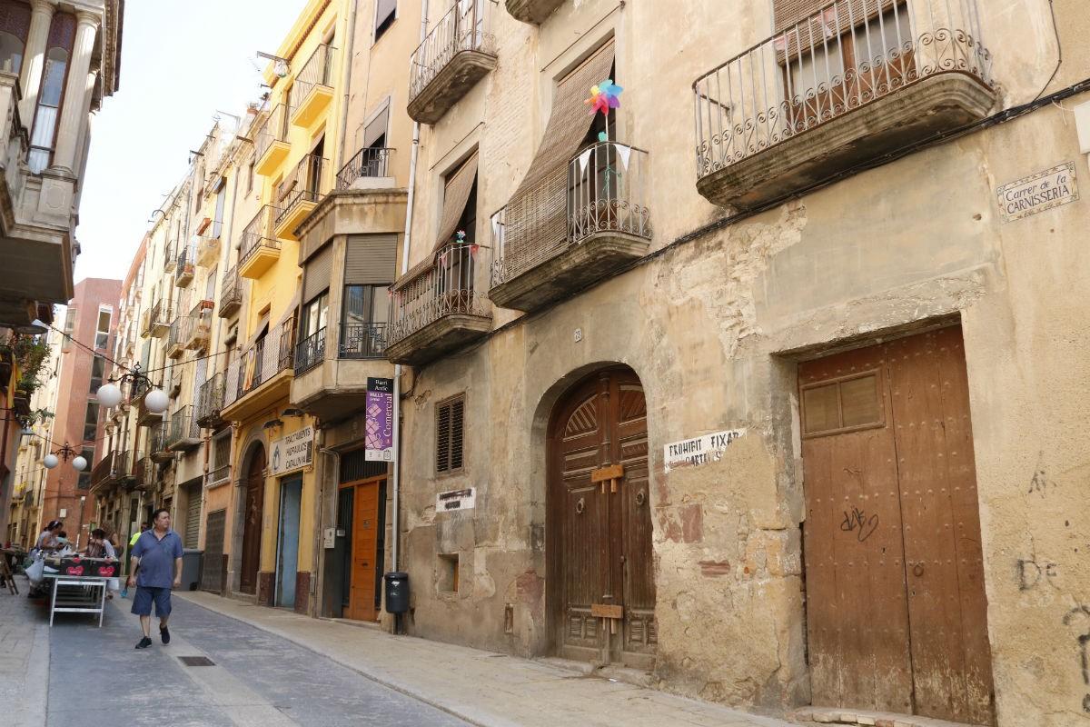 Un vell immoble del centre històric de Valls, al carrer de la Carnisseria.