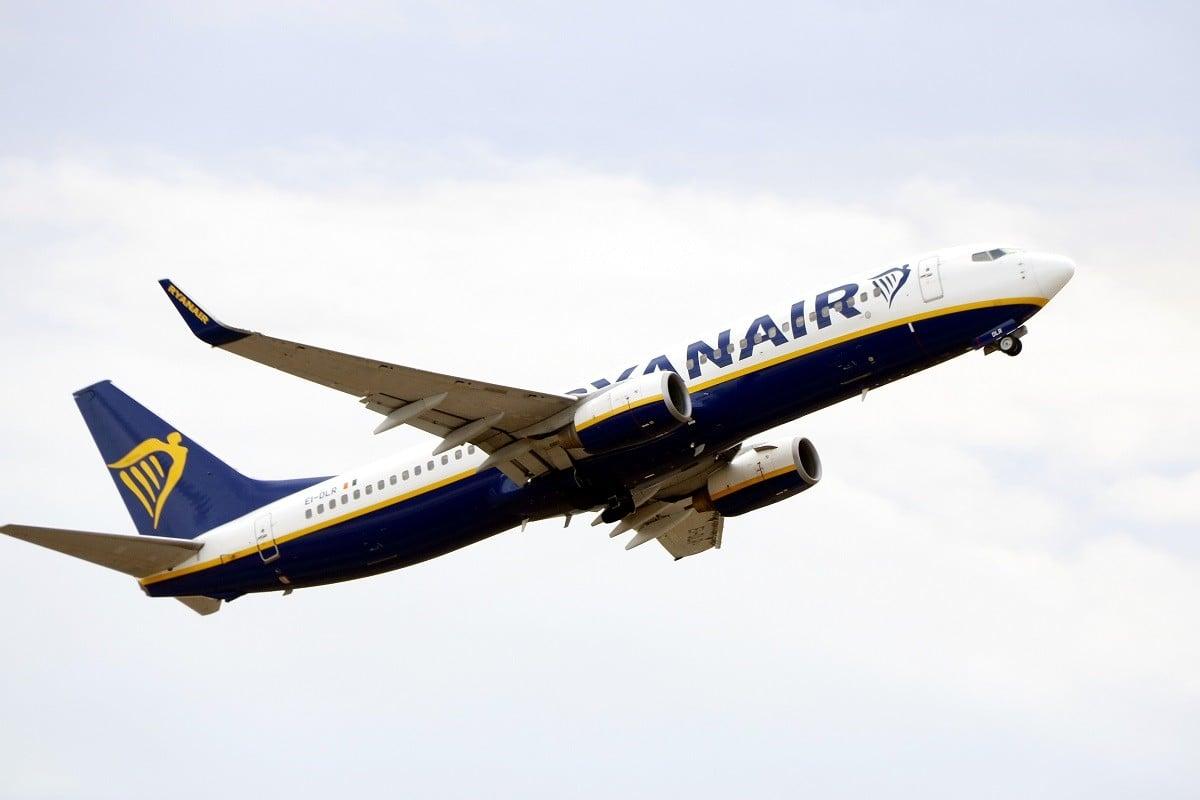 Un avió de Ryanair enlairant-se.
