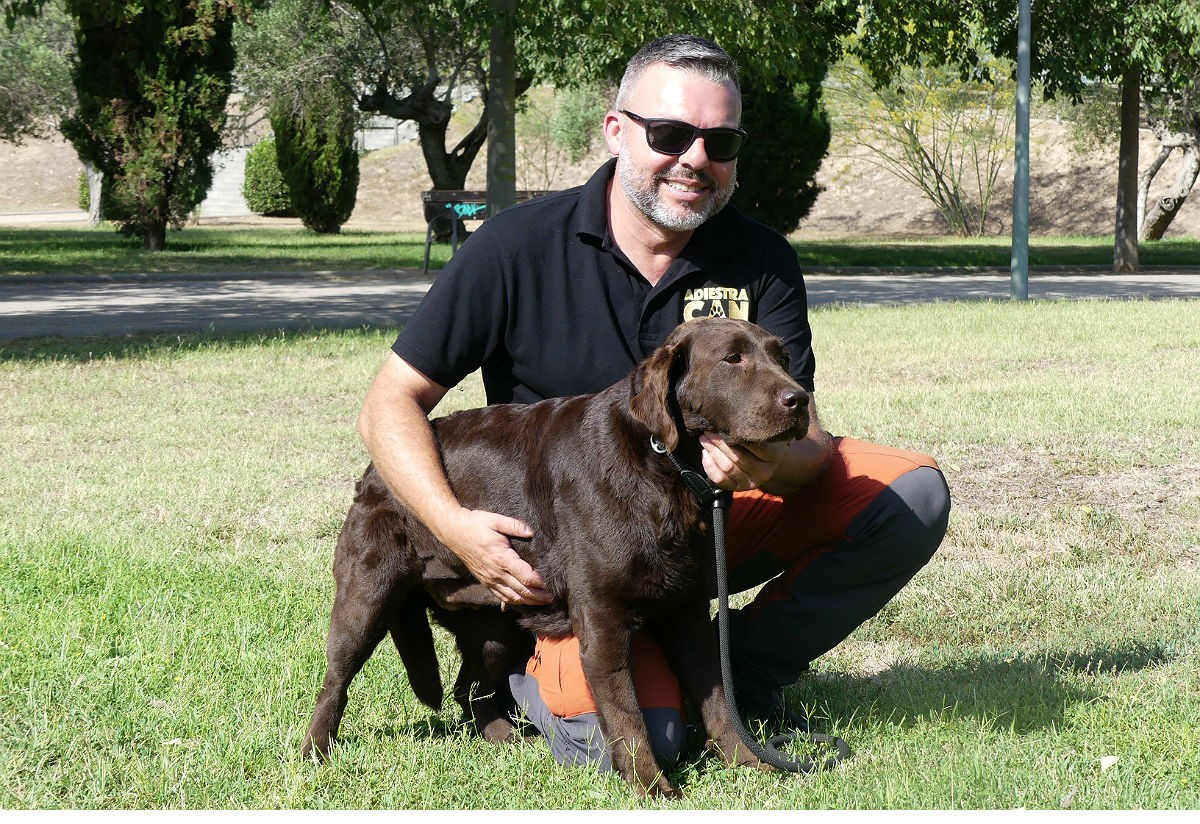L'educador caní Jordi Mestres, amb un gos rescatat, durant l'entrevista.