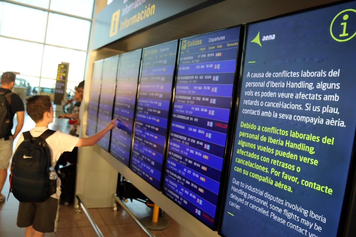 Un dels panells informatius de l'aeroport del Prat, informant de la vaga del personal de terra d'Iberia